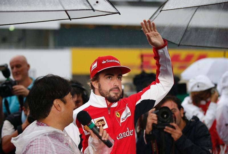 Ferrari Formula One driver Fernando Alonso of Spain greets fans at the Suzuka circuit in Suzuka, western Japan, October 2, 2014, ahead of Sunday's Japanese F1 Grand Prix. Foto: Toru Hanai/Reuters