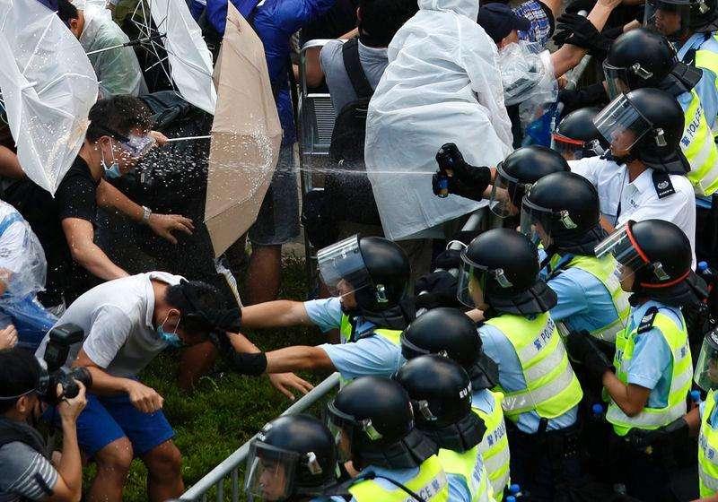 Manifestantes com guarda-chuvas bloqueiam rua perto da sede do governo de Hong Kong. 01/10/2014 Foto: Carlos Barria/Reuters