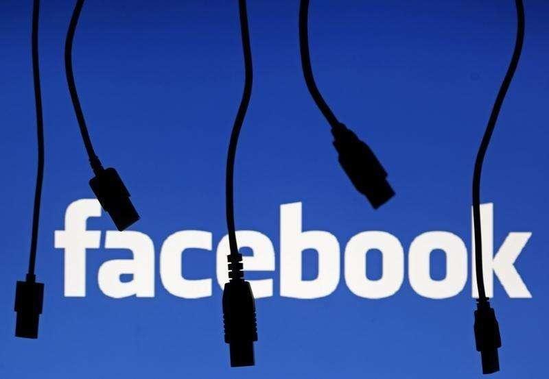 La silueta de cables electrónicos frente al logo de Facebok en Saravejo. Imagen de archivo, 25 septiembre, 2014. Las autoridades regulatorias de la Unión Europea aprobaron el viernes la oferta de 19.000 millones de dólares de Facebook, la red social más popular del mundo, por la empresa de mensajes en móviles WhatsApp. Foto: Dado Ruvic/Reuters