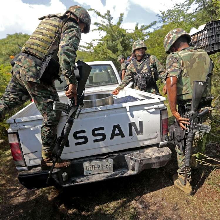 Las fosas en Pueblo Viejo, a las afueras de Iguala, Guerrero, México, contenían 28 cuerpos, algunos completos y otros calcinados. El crimen se atribuye al crimen organizado Foto: AFP en español