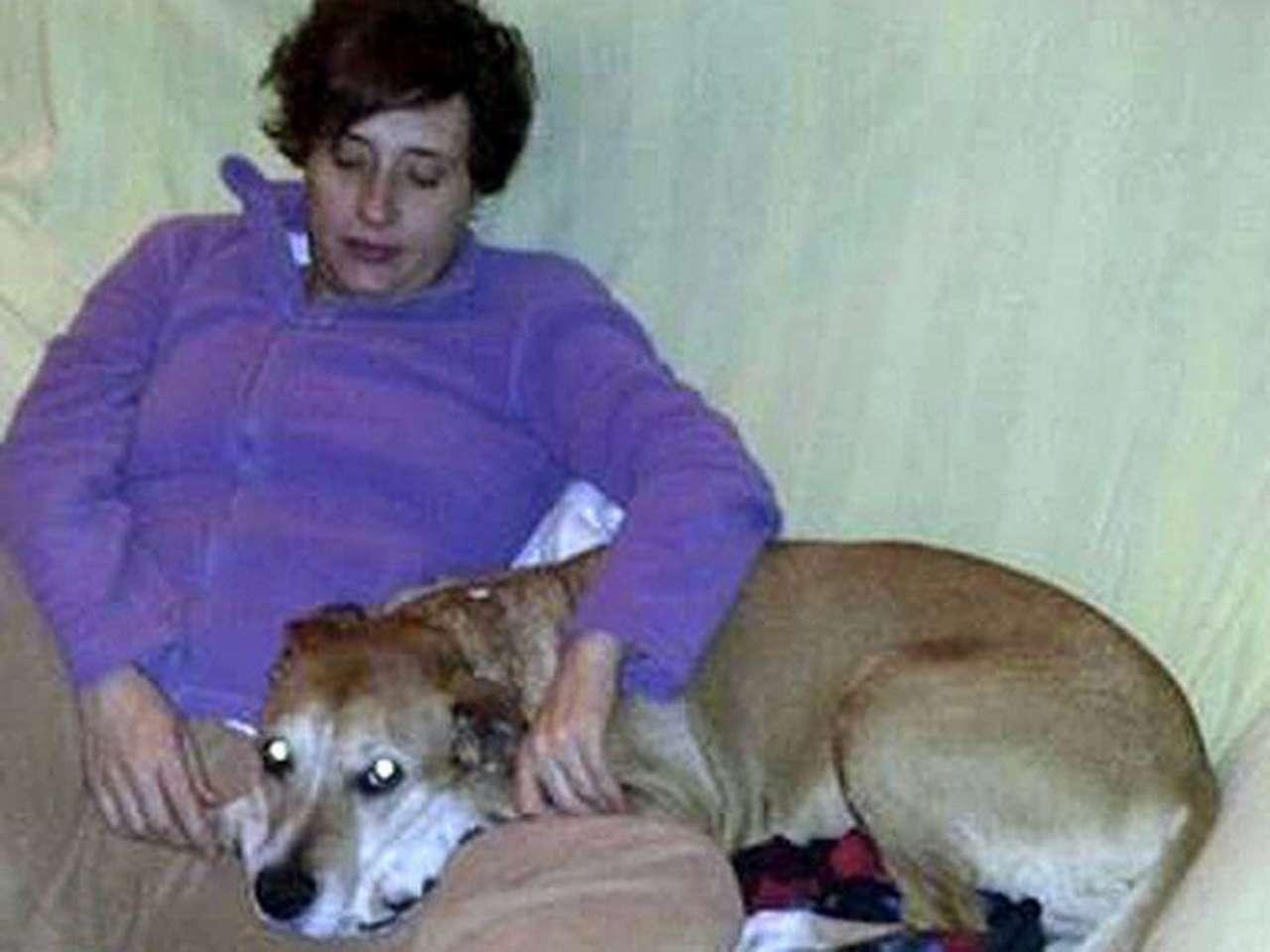 Teresa Romero, la auxiliar de enfermería infectada de ébola, posa con su perro Excalibur. El marido de la auxiliar, Javier Limón, también permanece en aislamiento en el Hospital Carlos III de Madrid Foto: EFE
