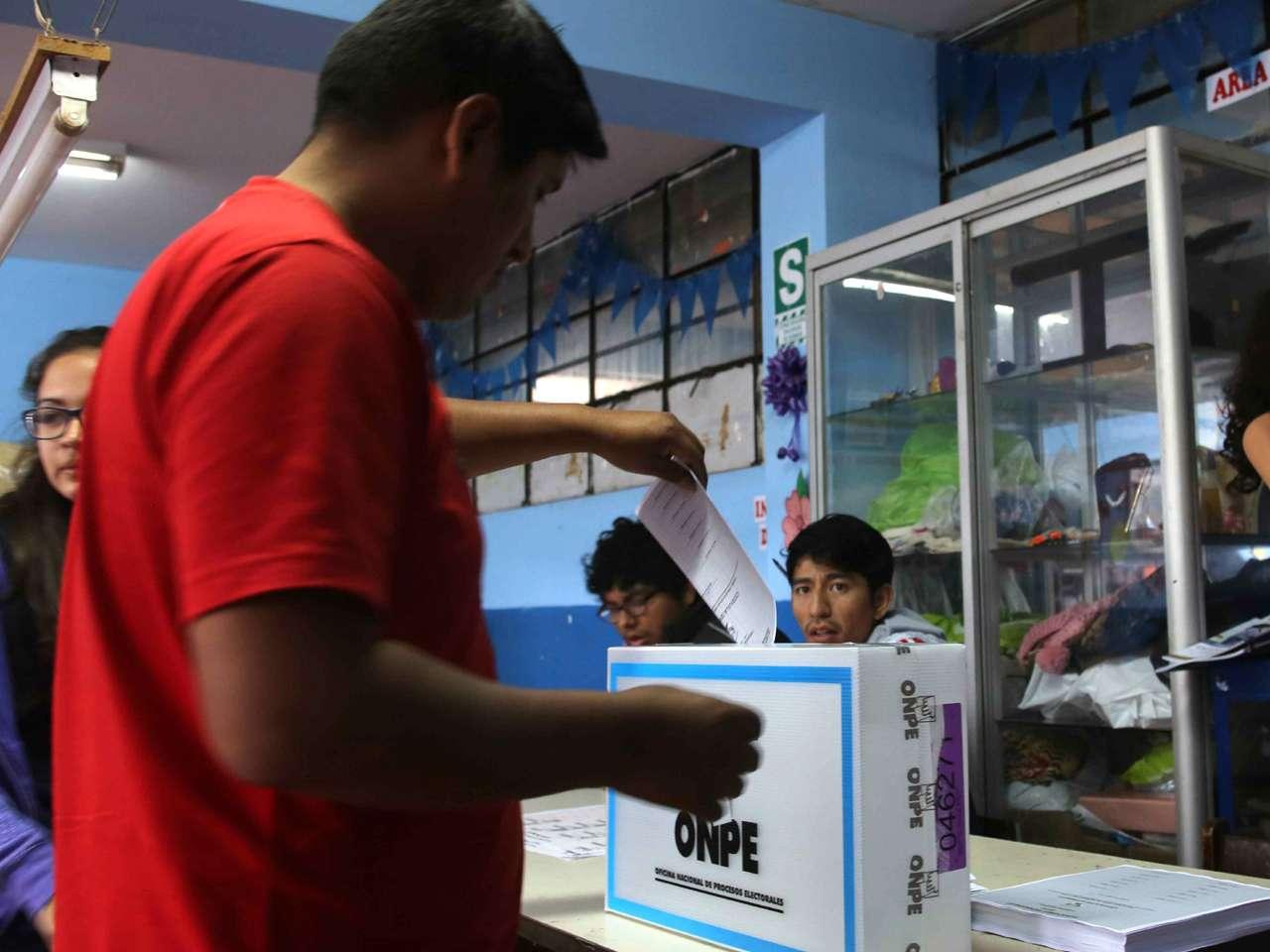 El domingo, unos 21 millones de peruanos acudieron a las urnas para elegir 1,842 alcaldes y 25 gobernadores Foto: EFE