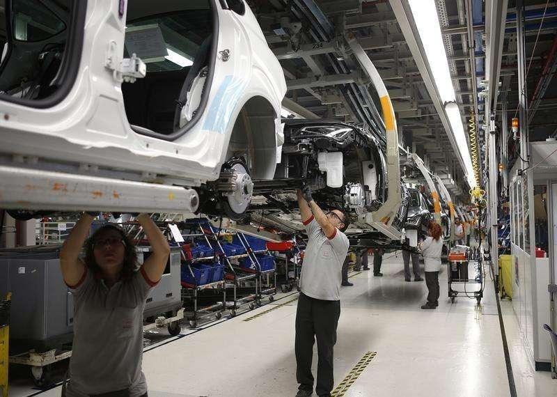 La producción industrial española mostró en agosto una leve desaceleración, registrando el dato más flojo en la serie desde octubre del año pasado, en un contexto de debilidad de la economía europea. En la imagen, trabajadores en una fábrica de SEAT en Martorell, el 12 de noviembre de 2013. Foto: Albert Gea/Reuters