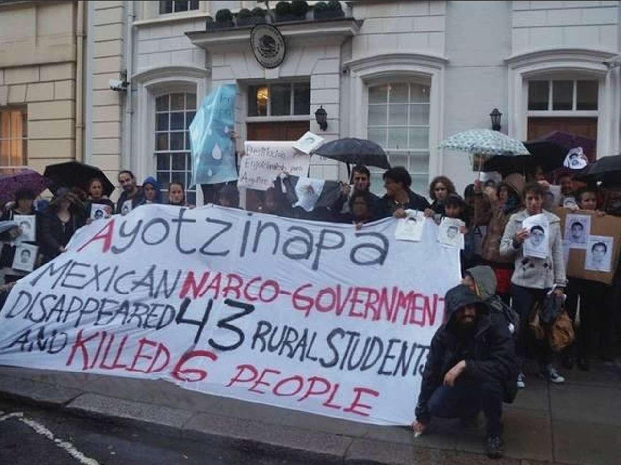 Apoyo mundial a marcha por 43 normalistas desaparecidos Foto: @132extranjero