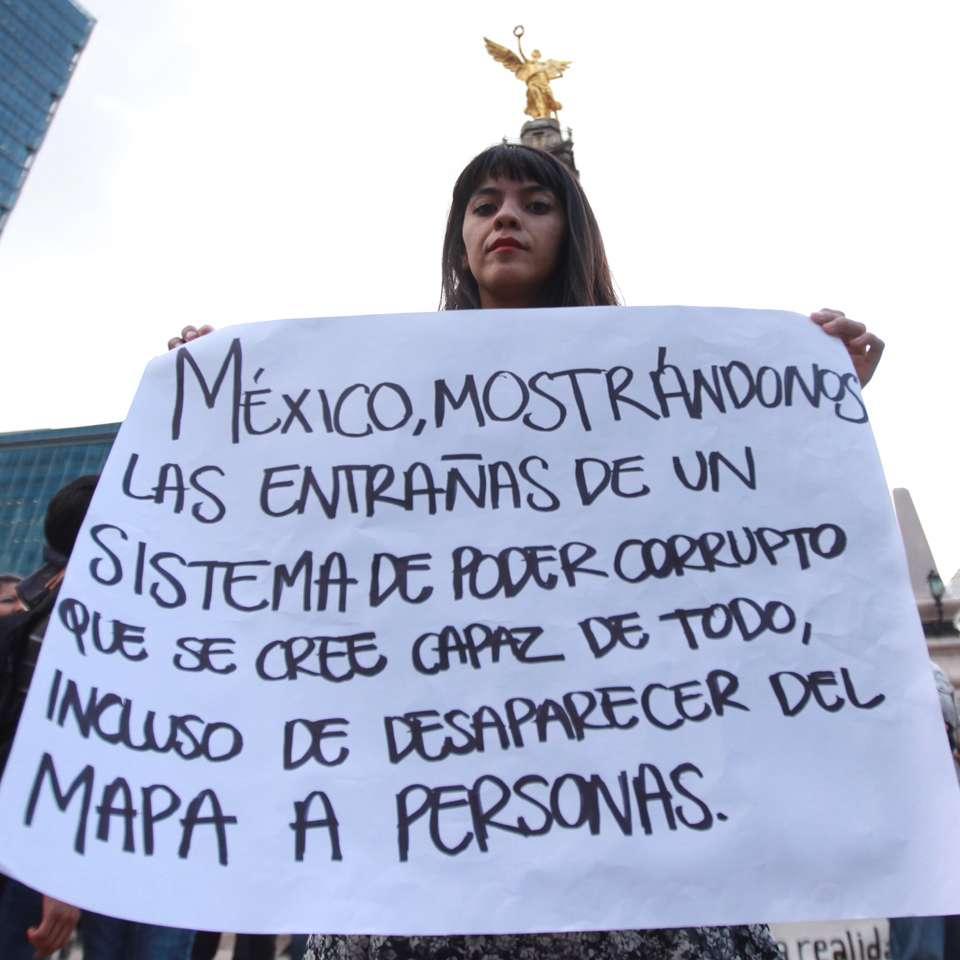 Durante la marcha por los 43 normalistas desaparecidos, familiares y asistentes a la manifestación portaron carteles en los que exigen justicia y la aparición con vida de los estudiantes de la normal de Ayotzinapa, Guerrero. Foto: Terra
