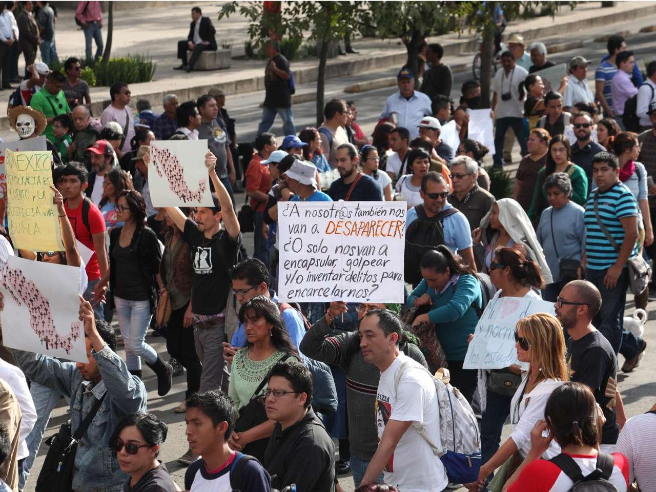 Te presentamos las mejores imágenes de la marcha por los 43 normalistas desaparecidos de Ayotzinapa, Guerrero, que fue encabezada por familiares, quienes exigen la presentación con vida de los estudiantes Foto: Terra