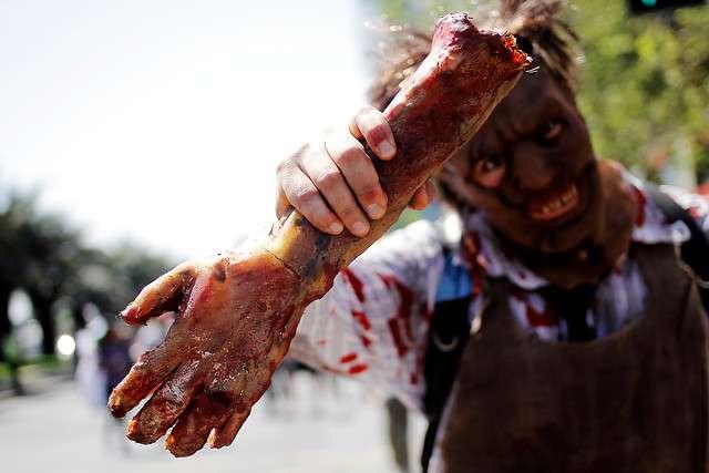 """Jóvenes caracterizadas como zombies, participan de la """"Zombie Walk"""", realizada en la alameda, Foto: Agencia UNO"""