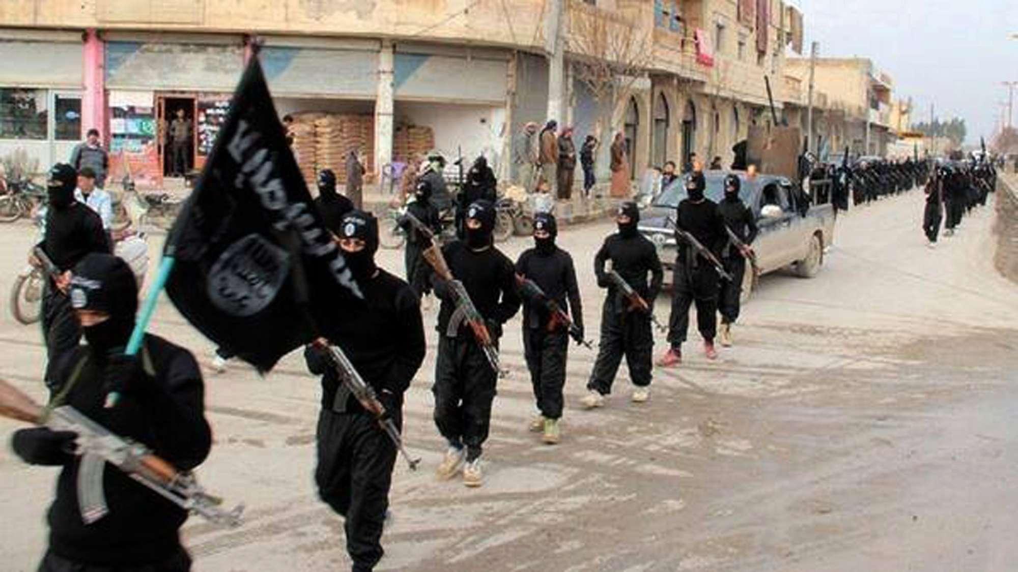 Combatientes de la red Al Qaeda vinculados al Estado Islámico de Irak y el Levante (ISIL) marchan en Raqqa, Siria. Foto: AP en español