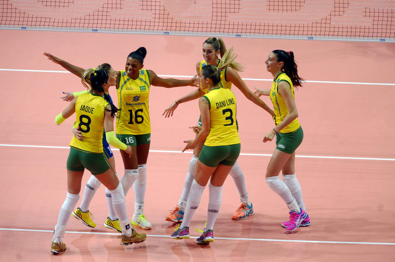 Brasileiras entraram em quadra vibrantes apesar de derrota no dia anterior Foto: FIVB/Divulgação