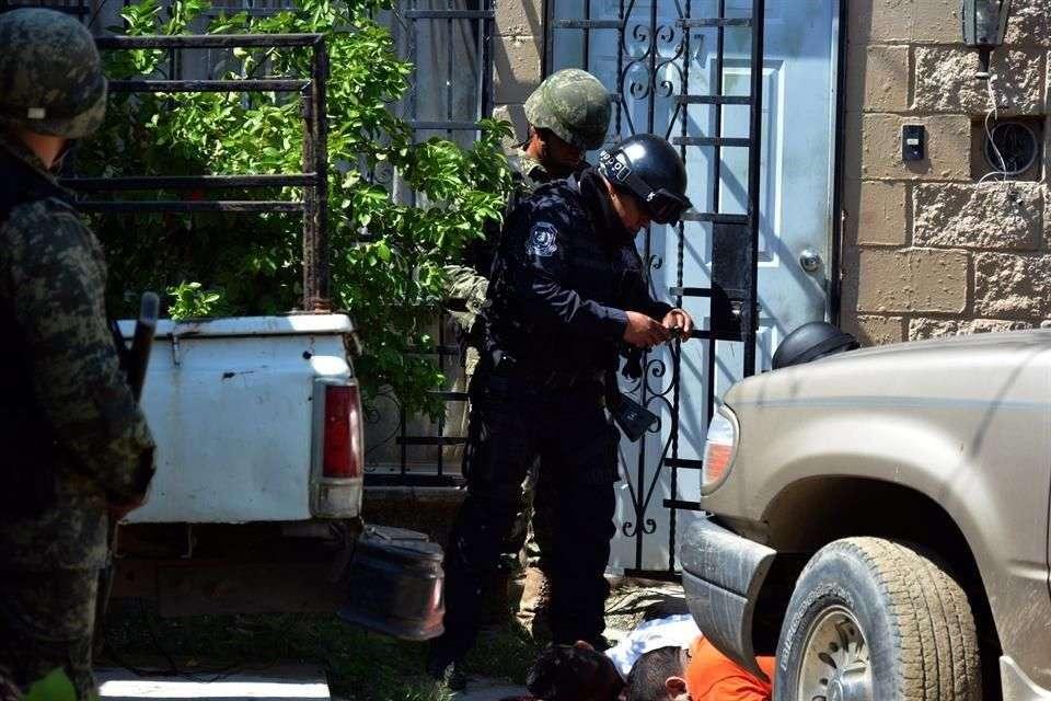 Los cuerpos de las personas halladas en el fraccionamiento Real Hacienda fueron identificadas como Édgar Contreras López, de 35 años de edad, y Eduardo Alvarado Luna, de 39; ambos estaban tirados boca abajo y alrededor había tres casquillos percutidos de arma .9 milímetros. Foto: Reforma/Francisco Robles