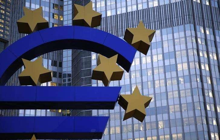 Escultura del euro vista afuera de la sede del Banco Central Europeo en Frankfurt . Imagen de archivo, 5 noviembre, 2013. Operadores del mercado monetario de la zona euro dijeron que existe una creciente posibilidad de que el Banco Central Europeo compre bonos soberanos el próximo año, mostró el lunes un sondeo de Reuters, dado que las actuales medidas en política monetaria no están logrando que la inflación vuelva al nivel objetivo. Foto: Kai Pfaffenbach/Reuters