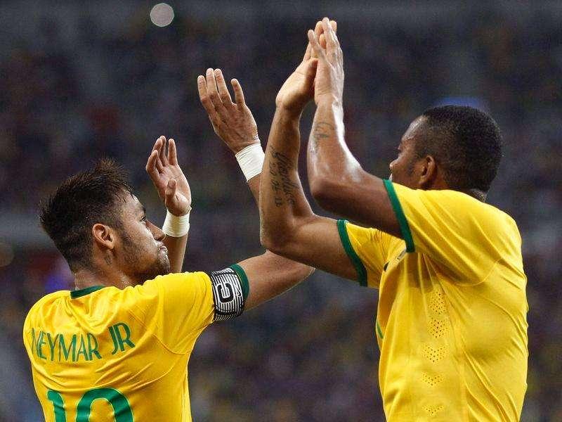 Neymar comemora com Robinho após marcar um dos quatro gols na goleada de 4 x 0 do Brasil sobre o Japão em amistoso em Cingapura. 14/10/2014 Foto: Edgar Su/Reuters