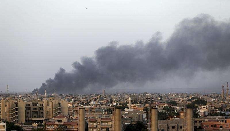 Foto de arquivo de fumaça após confrontos em Benghazi. 23/08/2014 Foto: Esam Omran Al-Fetori/Reuters