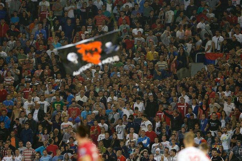 """Drone (aeronave não-tripulada) com uma bandeira com a inscrição """"Grande Albânia"""" em uma partida de futebol da Sévia contra a Albânia, em Belgrado. 14/10/2014 Foto: Marko Djurica/Reuters"""