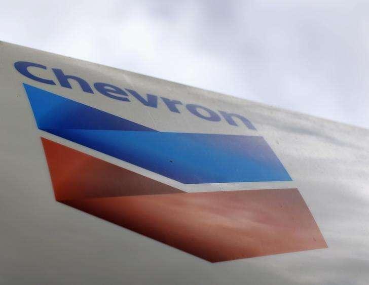 El logo de la gasolinera Chevron en una de sus estaciones en Cardiff, California. Imagen de archivo, 9 octubre, 2013. Las petroleras internacionales Chevron y Statoil dijeron el miércoles que los bajos precios del crudo están poniendo bajo presión sus proyectos petroleros en Venezuela y el resto del mundo. Foto: Mike Blake/Reuters