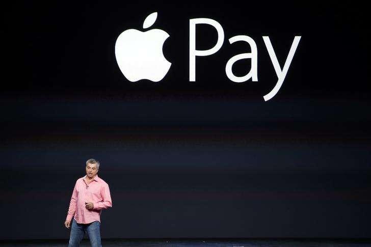 Eddy Cue, vicepresidente senior de Software y Servicios de Apple, presenta el Apple Pay durante un evento en el Flint Center en Cupertino. Imagen de archivo, 9 septiembre, 2014. El nuevo servicio de pagos electrónicos de Apple Inc será lanzado el lunes, después de que el fabricante del iPhone firmara acuerdos con otros 500 bancos para ampliar el uso de una aplicación que competirá entre otros con el sistema PayPal de eBay Inc. Foto: Stephen Lam/Reuters