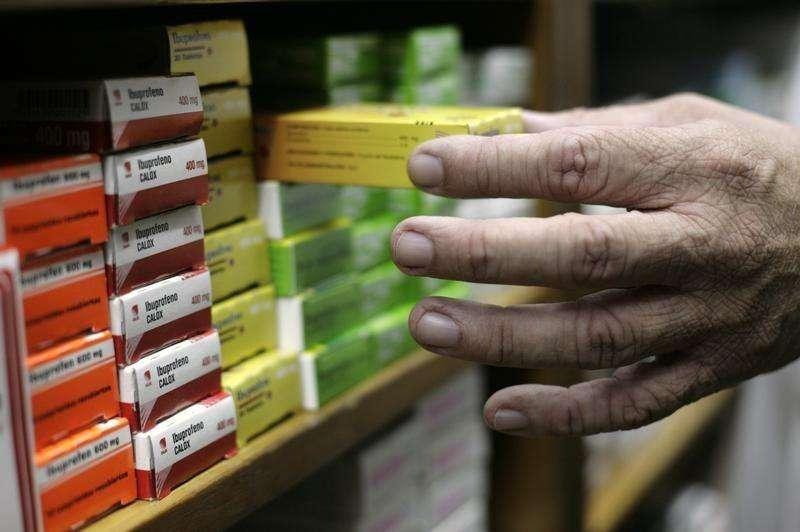 Imagen de archivo de un farmaceútico arreglando cajas de mediciona en Caracas, ene 4 2011. Con fiebre, dolor en las rodillas y los dedos hinchados, Miguel Ángel Maracara, de 21 años, y su padre, recorrieron casi una decena de farmacias en el estado venezolano de Aragua sin encontrar acetaminofén, el medicamento para calmar los fuertes dolores que produce el virus de la chikungunya. Foto: Gil Montano/Reuters