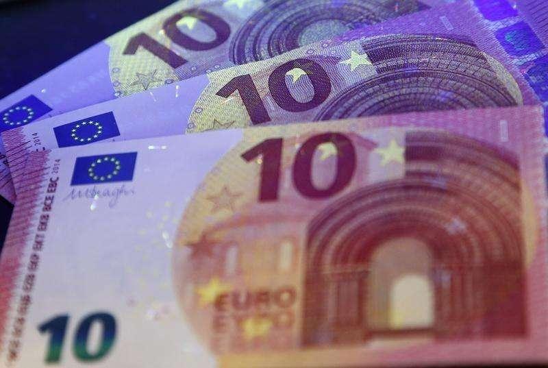 La inflación de la zona euro se ralentizó en septiembre a su nivel más bajo desde octubre del 2009, mientras que las exportaciones del bloque vacilaron durante el verano, lo que ofrece poca esperanza para una economía que trata de evitar su tercera recesión en seis años. En la imagen, los nuevos billetes de 10 euros, en una fota tomada en Fráncfort el 7 de mayo de 2014. Foto: Ralph Orlowski/Reuters