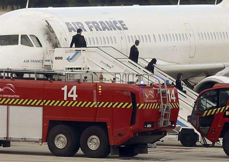 España activó el protocolo de emergencia sanitaria en el Aeropuerto Adolfo Suárez Madrid-Barajas por un pasajero de Air France que durante un vuelo entre París y Madrid sufría temblores. Foto: Paco Campos/EFE en español