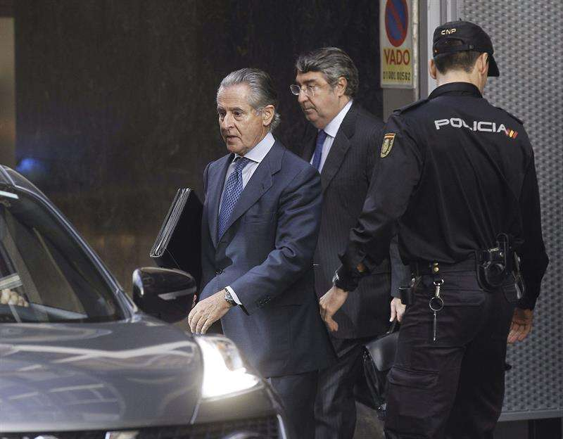 El expresidente de Caja Madrid Miguel Blesa (i), a su salida de la Audiencia Nacional. Foto: EFE en español
