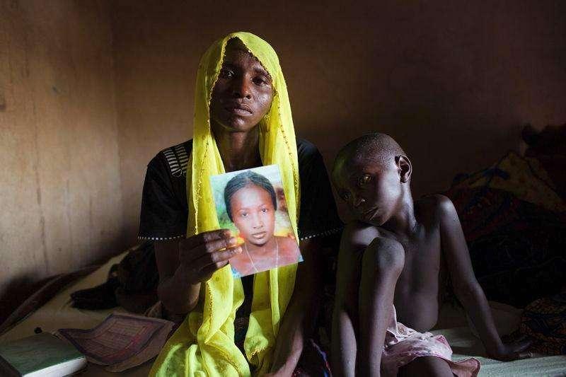 Foto de arquivo de Rachel Daniel com a foto da filha Rose Daniel, sequestrada pelo Boko Haram, na casa da família em Maiduguri. 17/10/2014 Foto: Joe Penney/Reuters