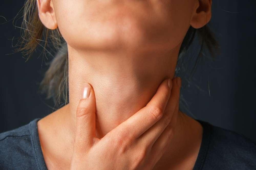 As plaquetas brancas ou amarelas (cáseos amidalianos) que se fixam nas amídalas durante a infecção (inchando-as) também podem causar mau hálito Foto: Poprotskiy Alexey/Shutterstock