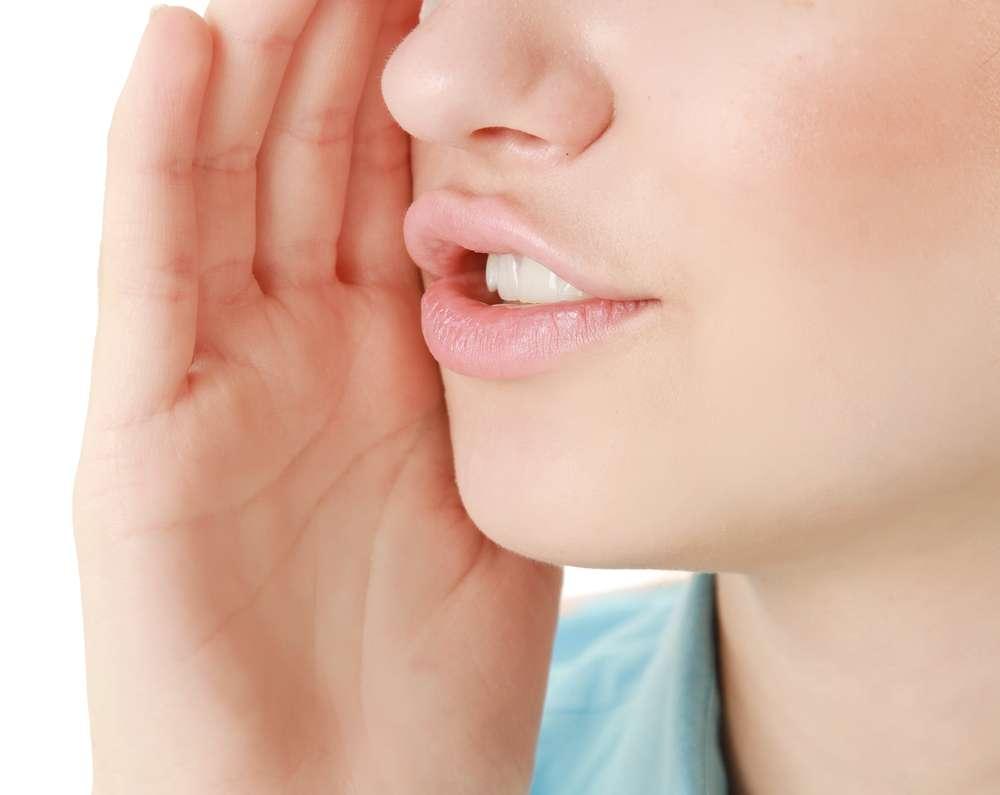 Segundo consultora de etiqueta, se for alguém próximo como um amigo ou um parente, basta apontar discretamente para o seu dente que a pessoa vai entender o recado Foto: lenetstan/Shutterstock