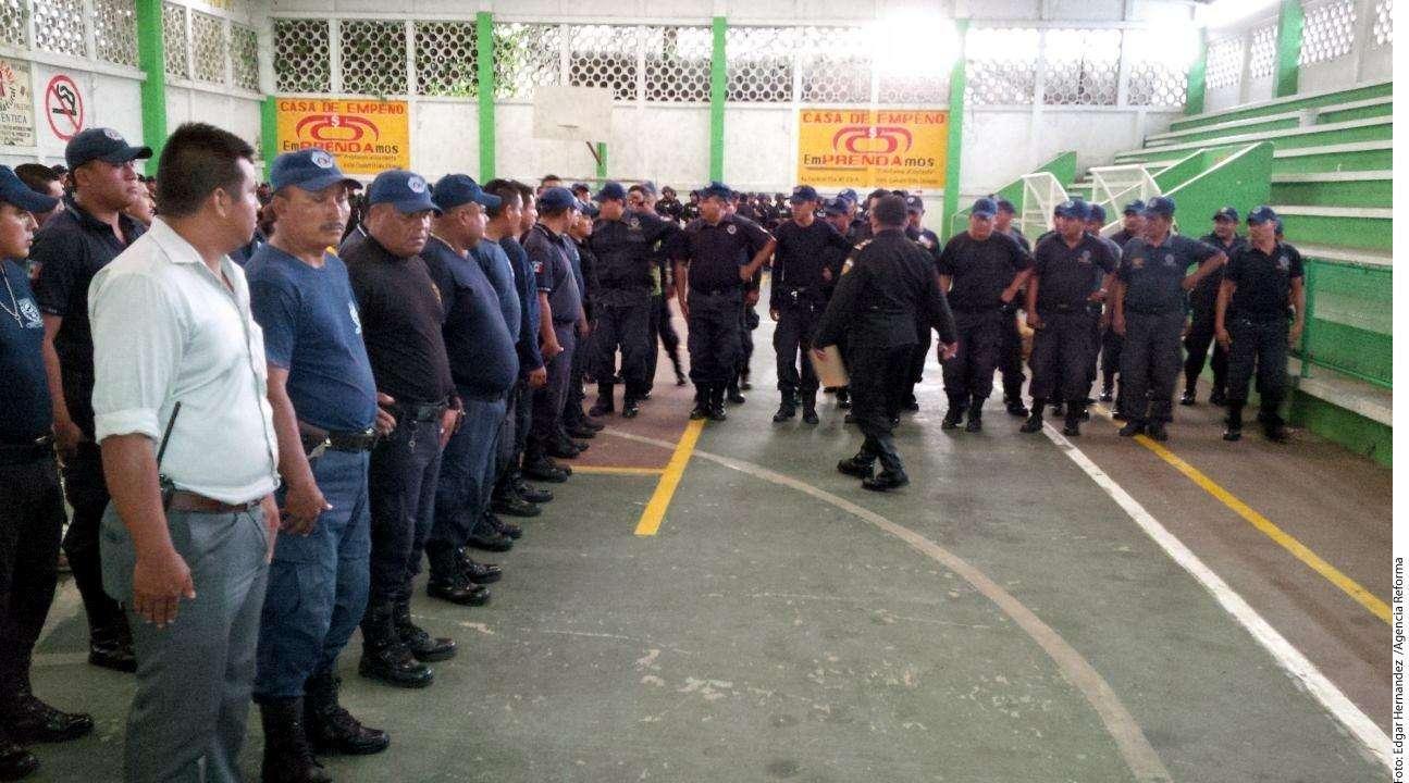 Limpia de policías Foto: Agencia Reforma