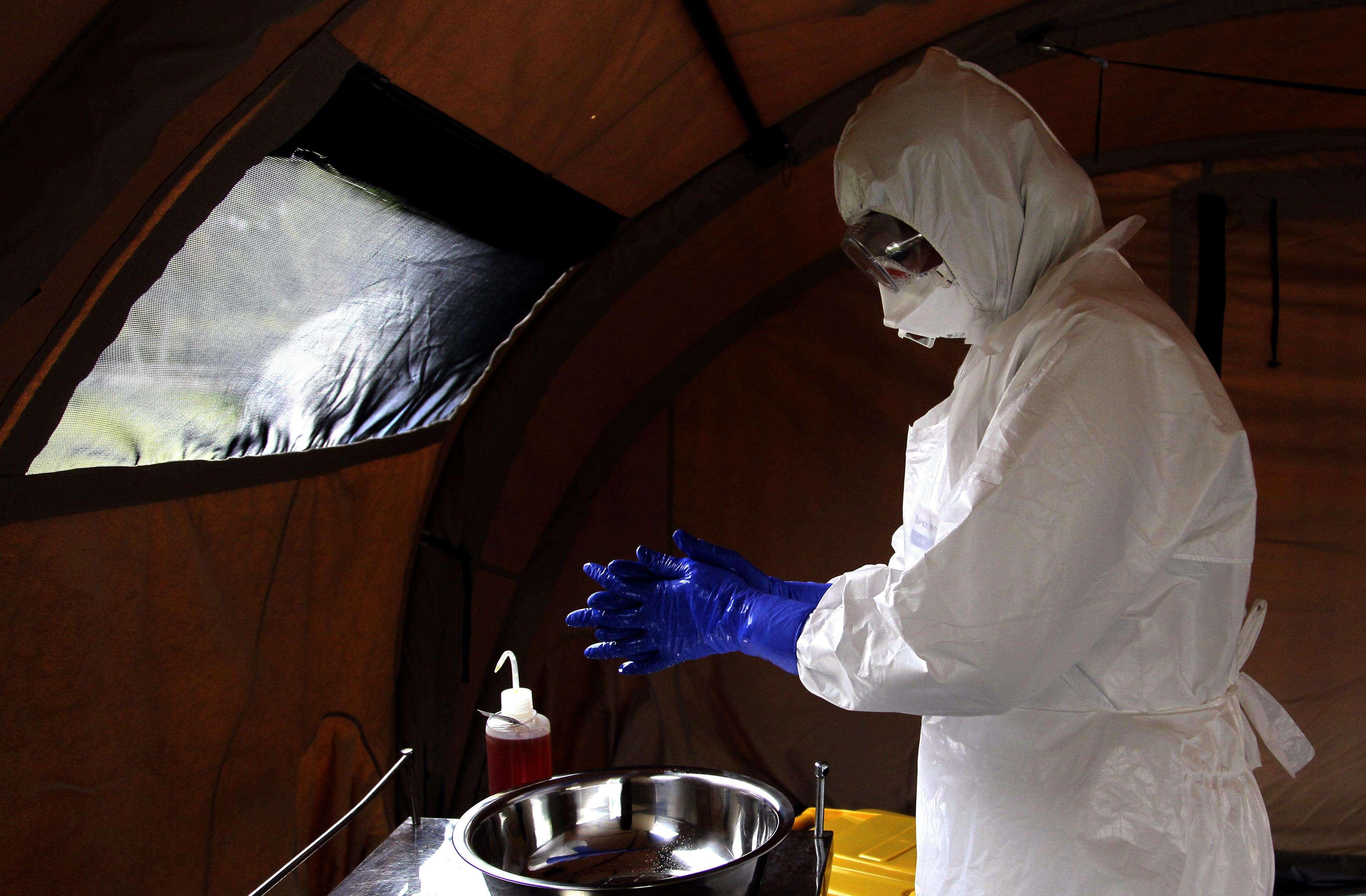 El envío de médicos y enfermeros cubanos a territorio africano representa la mayor contribución de personal de salud para combatir esta epidemia. Foto: Archivo/AP en español