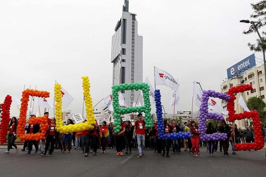 """Bajo el lema """"Por el respeto a la diversidad sexual"""" las organizaciones que cada año convocan a la Marcha del Orgullo pretenden exigir una ciudadanía plena en el centro de Santiago. A la cita asistió el Ministro Secretario General de Gobierno, Álvaro Elizalde. Foto: Agencia UNO"""