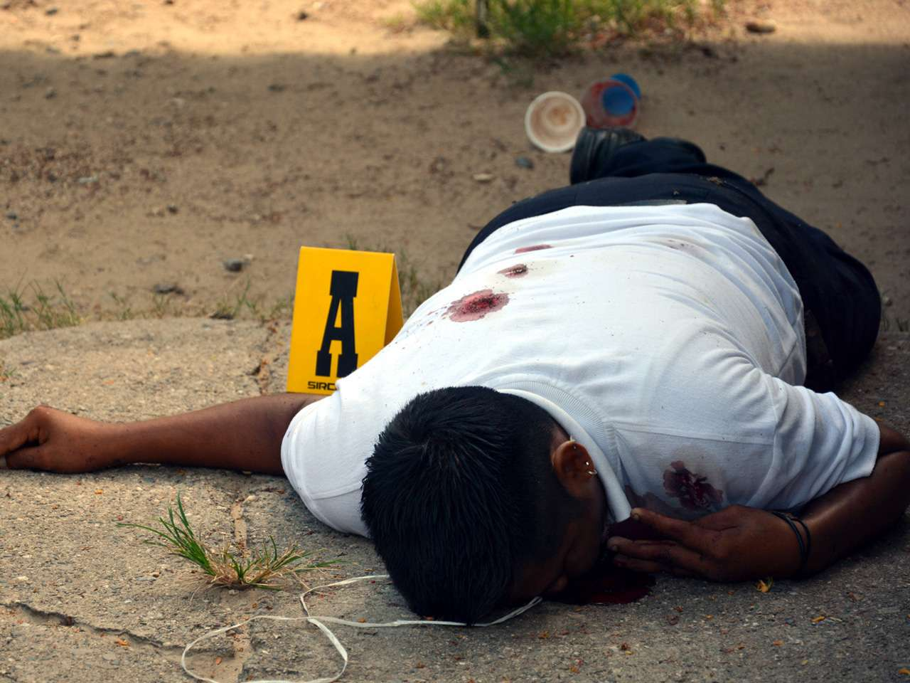 06-octubre-2014.- Hombre ejecutado en Acapulco. Se escucharon varias detonaciones de arma de fuego cerca de la Central de Abastos de Acapulco y sobre la Avenida El Quemado quedó una persona muerta. Foto: Reforma