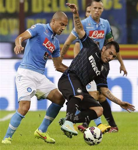 Inter Milan's Gary Medel, right, challenges for the ball with NapoliÃs Gokhan Inler during the Serie A soccer match between Inter Milan and Napoli at the San Siro stadium in Milan, Italy, Sunday, Oct. 19, 2014. (AP Photo/Antonio Calanni) Foto: AP en español