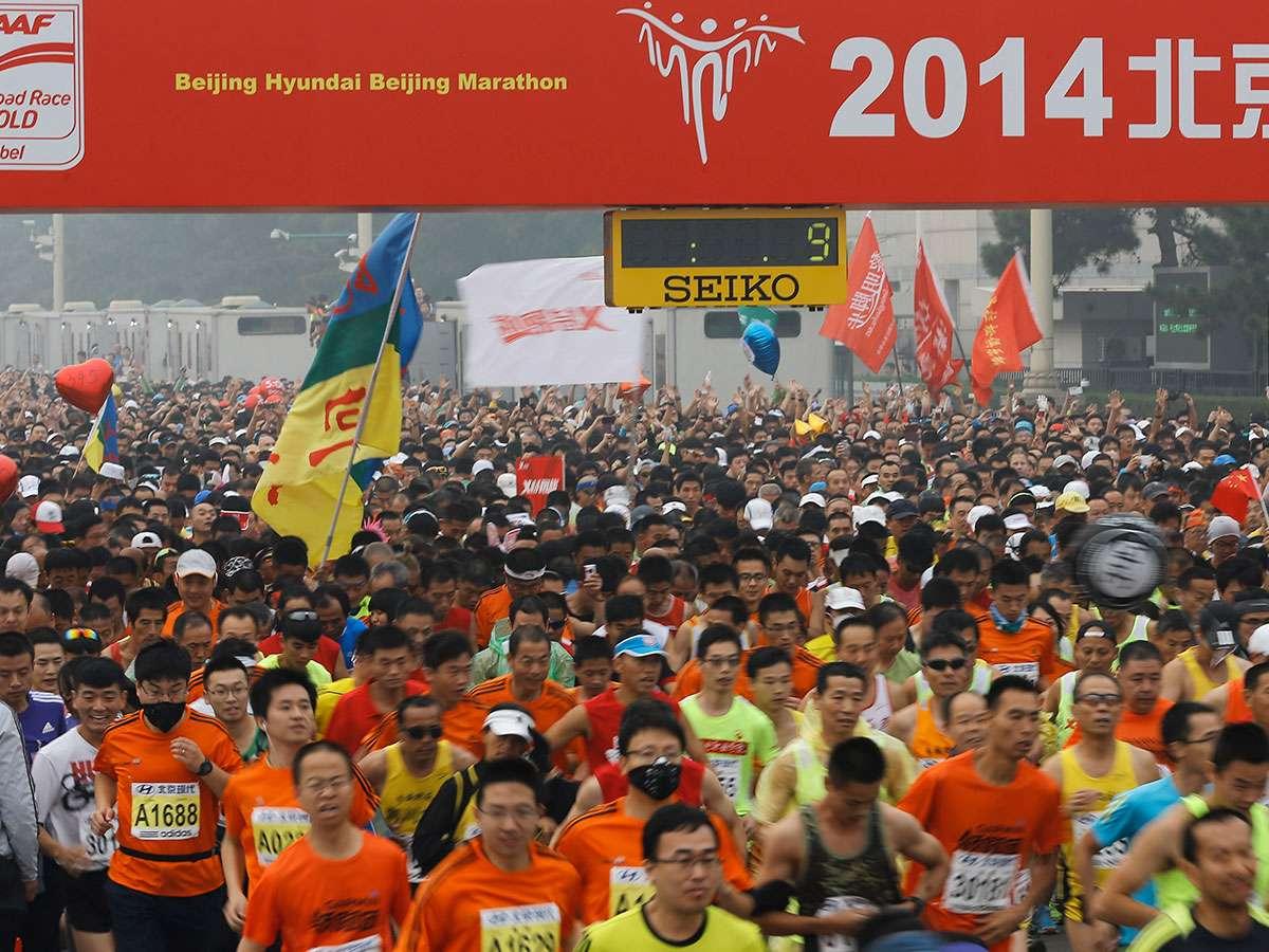Una buena parte de los corredores portaron mascarillas y cubrebocas ante los altos índices de contaminación, que ya llevan varios días en la capital china. Foto: AP en español