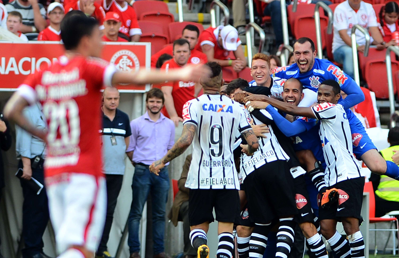 Corintianos comemoram gol marcado na etapa inicial Foto: Edu Andrade / FatoPress/Gazeta Press