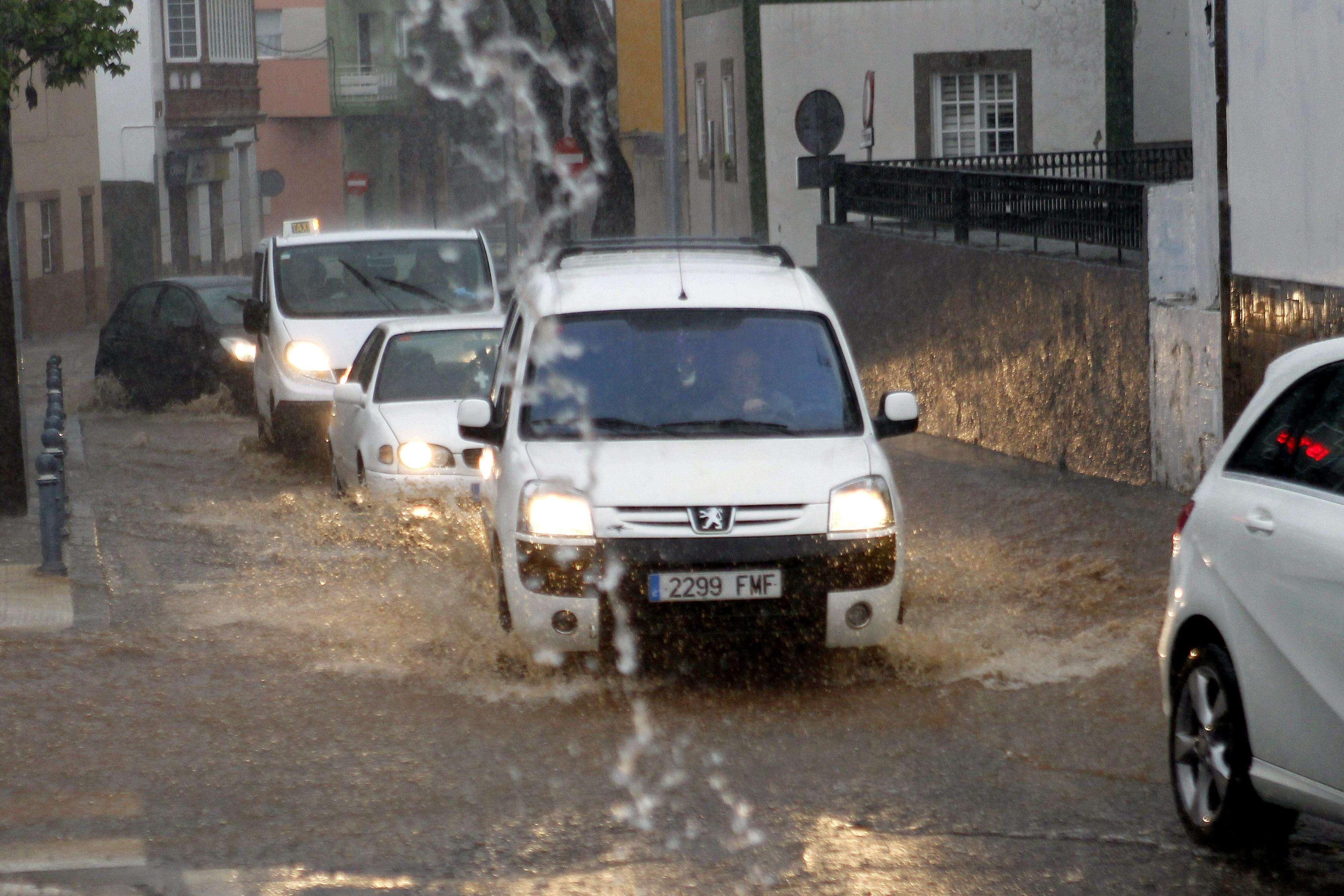 La Dirección General de Seguridad y Emergencia del Gobierno de Canarias ha declarado la situación de alerta por fuertes precipitaciones en las islas de Tenerife, La Palma, La Gomera y El Hierro. En la imagen, varios vehículos circulan por las calles anegadas. Foto: EFE en español