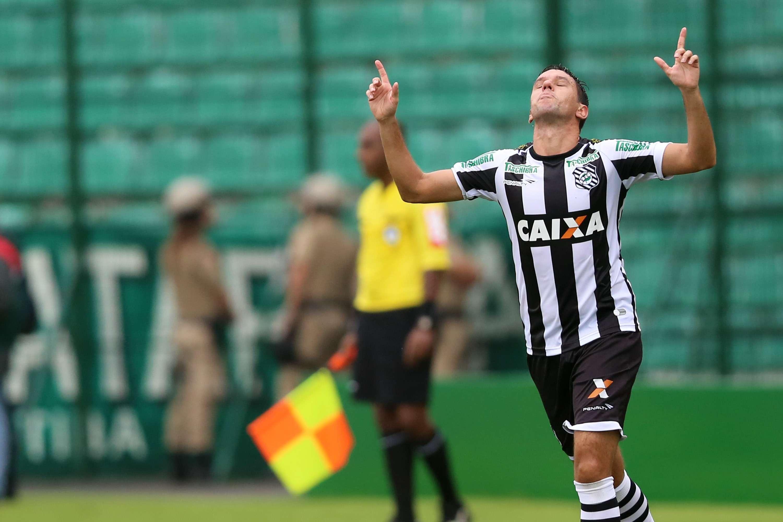 Marco Antônio converte pênalti e abre o placar para o Figueirense Foto: Cristiano Andujar/Getty Images