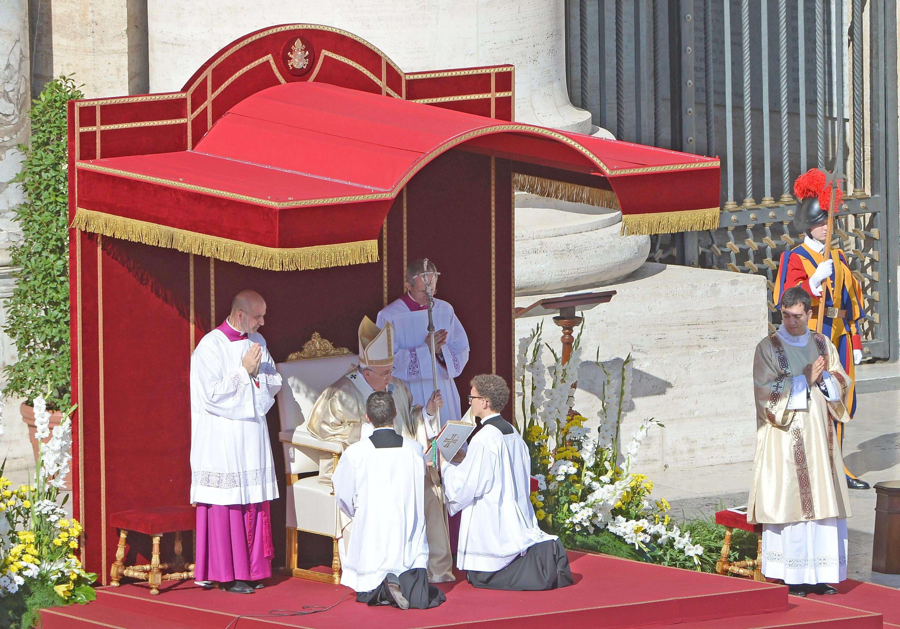 El papa Francisco beatifica a Pablo VI en la Plaza de San Pedro del Vaticano. Foto: EFE en español
