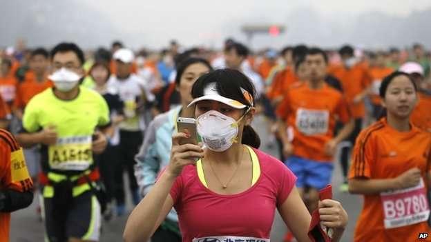 Máscaras contra a poluição se multiplicaram na maratona de Pequim Foto: AP