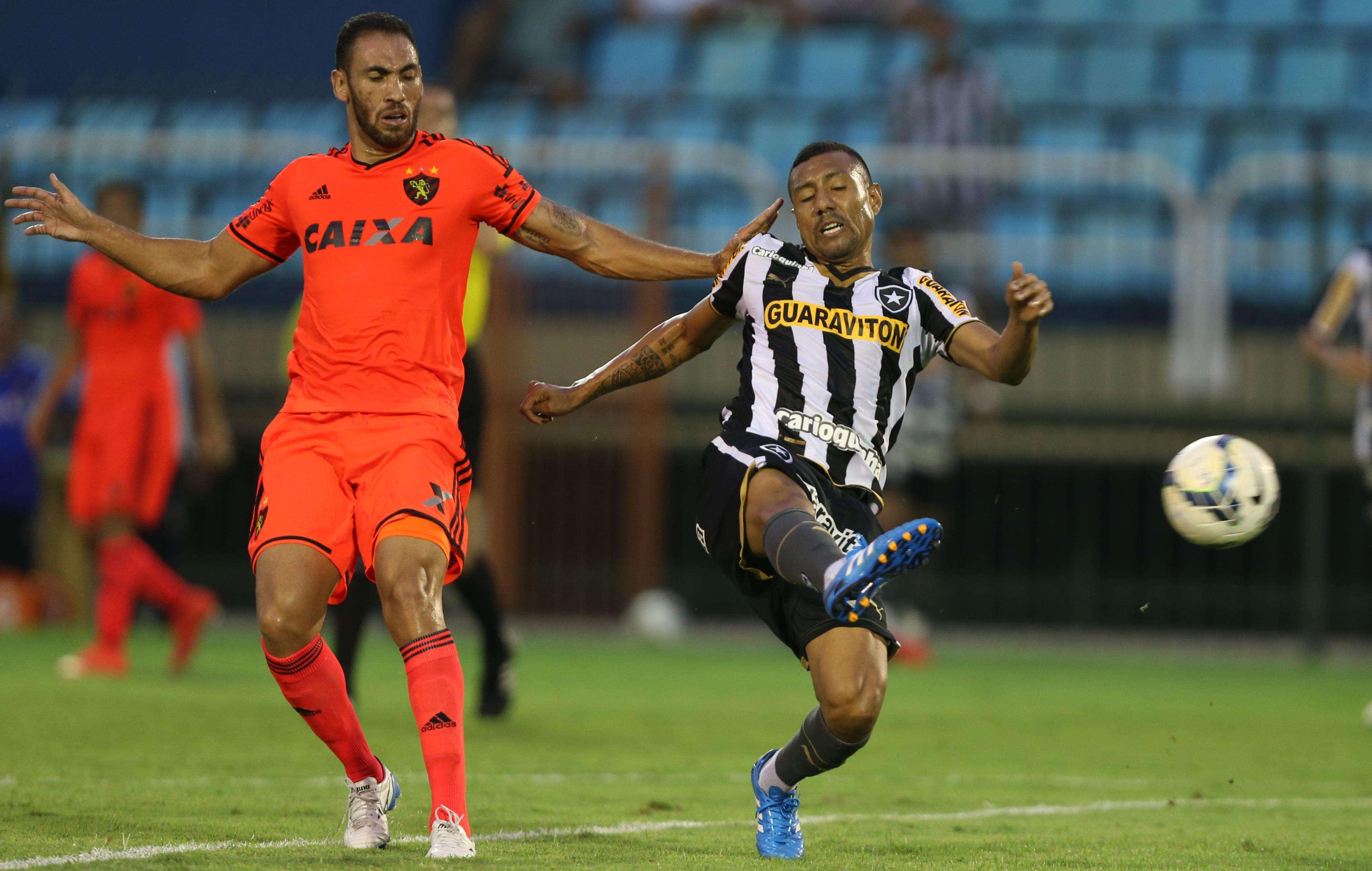 Ramirez tenta, mas não consegue dominar bola no ataque do Botafogo Foto: Cleber Mendes/Lancepress!