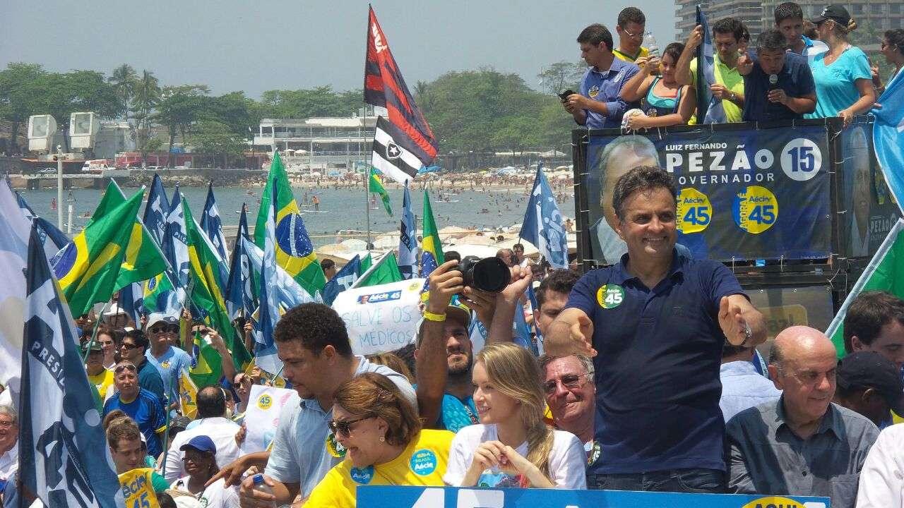 O ex-jogador Ronaldo Nazário acompanhou Aécio Neves no ato deste domingo, 19 de outubro Foto: Janaina Garcia/Terra