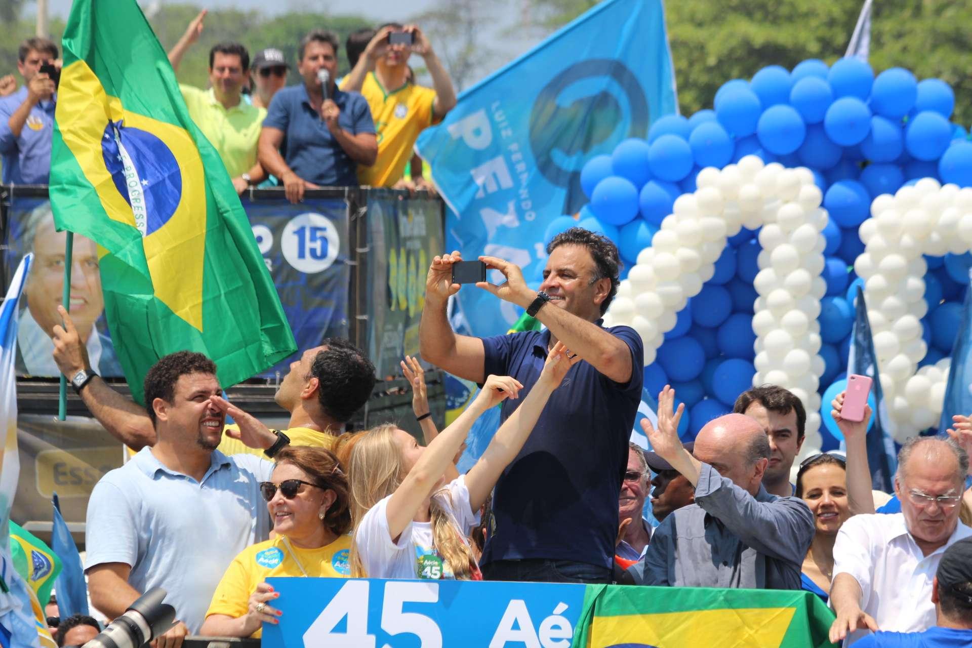 O ex-jogador de futebol Ronaldo Nazário ao lado da mãe de Aécio, Inês Maria Neves da Cunha Foto: Janaina Garcia/Terra