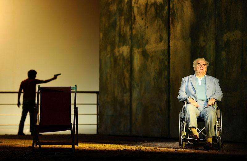 "Alan Opie, playing Leon Klinghoffer (R) and Jesse Kovarksy, playing Omar perform during a dress rehearsal of John Adam's opera ""The Death of Klinghoffer"" at the ENO in London in this file photo taken February 23, 2012. Foto: Dylan Martinez/Reuters"