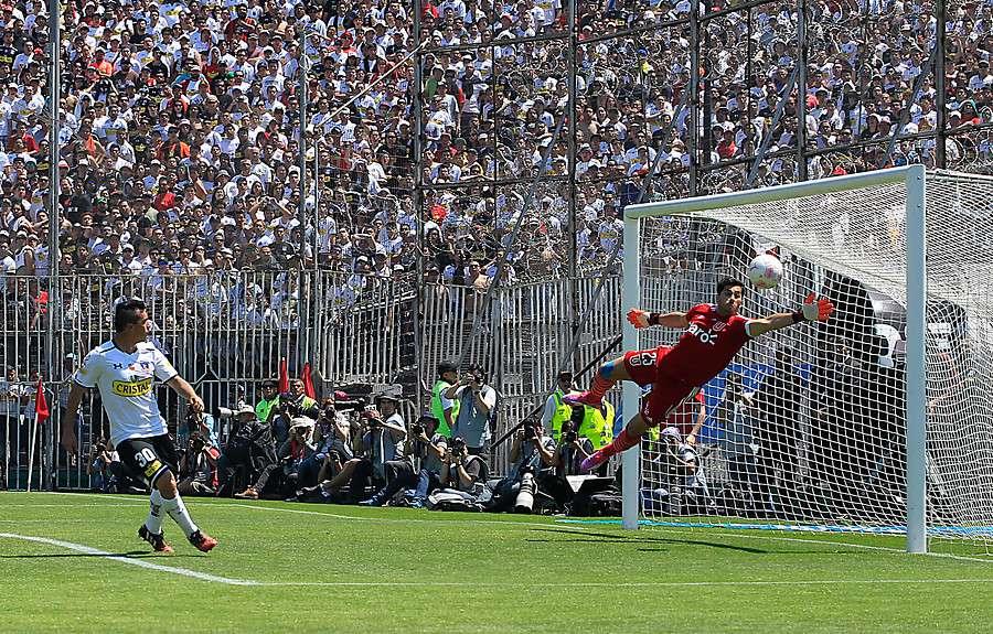 El goleador de Colo Colo abrió la cuenta a los 51 minutos de partido con un toque lleno de clase tras un certero centro de Felipe Flores y abrió la cuenta en el Monumental. Foto: Agencia UNO