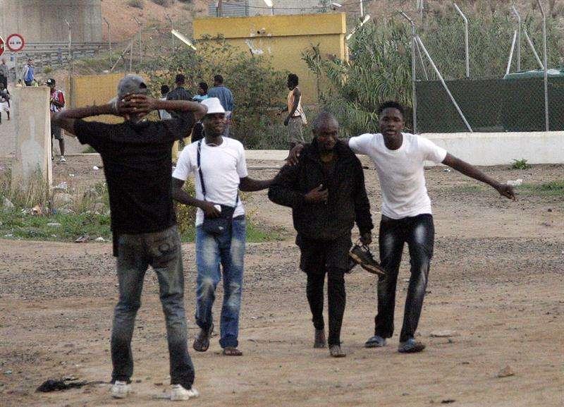 Varios inmigrantes del medio centenar de ellos de origen subsahariano, en su mayoría procedentes de Mali, que consiguieron acceder a Melilla. Foto: EFE en español