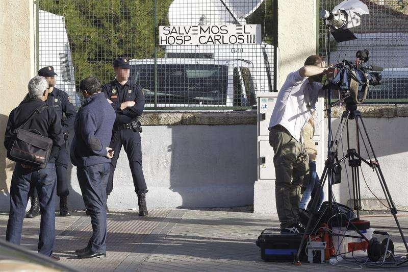 Agentes de la Policía Nacional y trabajadores de medios de comunicación a las puertas del Hospital Carlos III de Madrid Foto: EFE en español