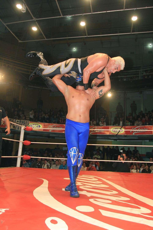 En un arranque de rudeza inexplicable, Diamante Azul aprovecho que el polémico referí Tirantes había sido conectado por error para impactar un golpe de foul a Shocker y ganar el mano a mano en la lucha estelar del CMLL en la Arena Coliseo. Foto: Terra