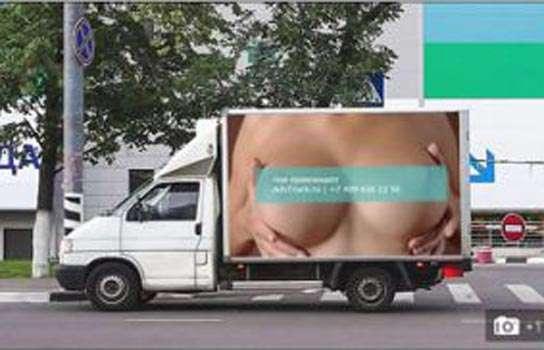 Camión con anuncio de senos Foto: Terra