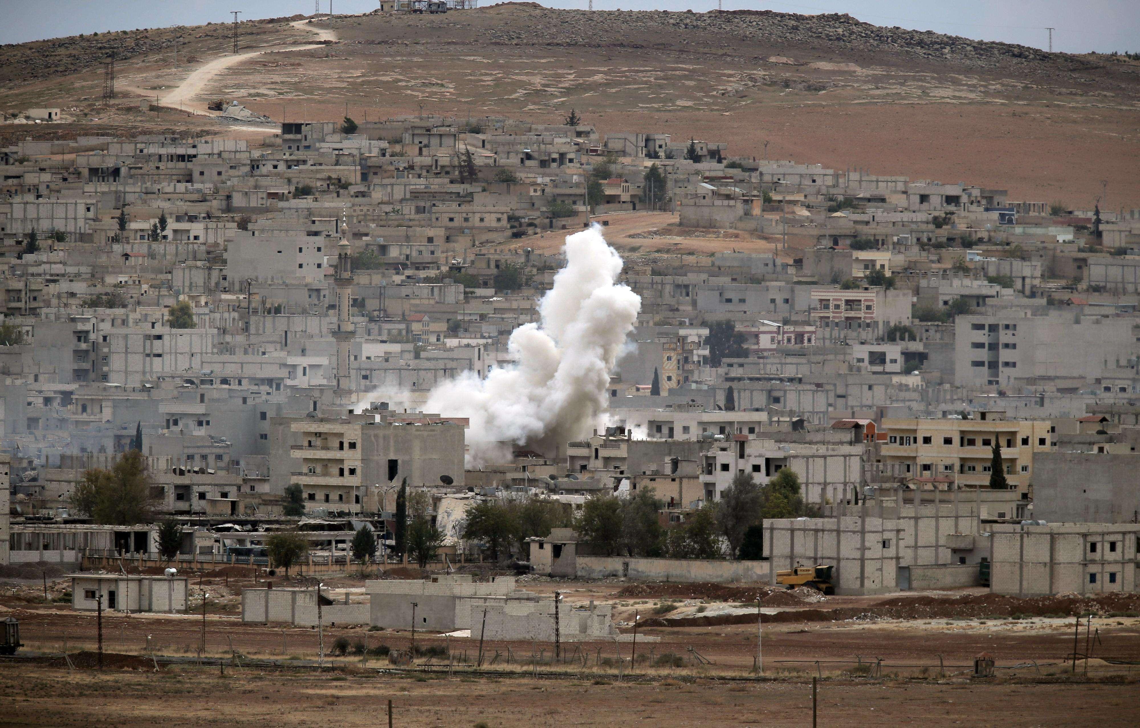 Humo se eleva después de un ataque en Kobani, Siria, durante la lucha entre curdos sirios y extremistas del grupo Estado Islámico, el domingo 19 de octubre de 2014. Foto: AP en español