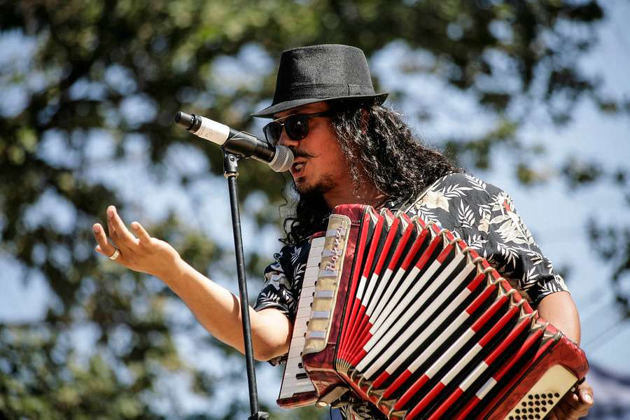 Los participantes pueden musicalizar peomas conocidos. Foto: Agencia UNO