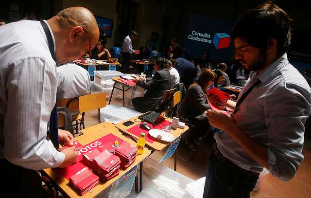 Se inició el recuento de los votos en el hall principal de la Municipalidad de Santiago, luego de un proceso de participación ciudadana que se extendió durante ocho días. Se espera el resultado para la tarde de este lunes. Foto: Agencia UNO
